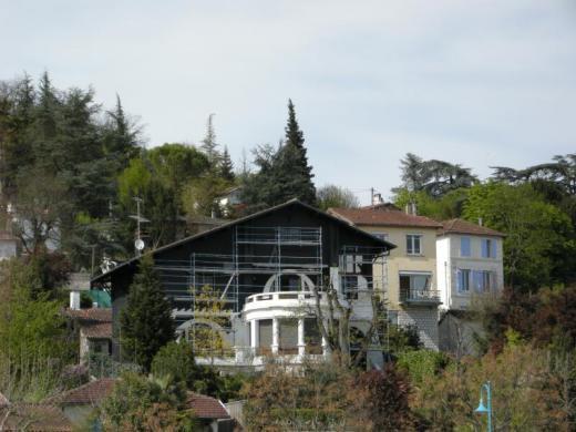 Une maison noire fait polémique en pays basque