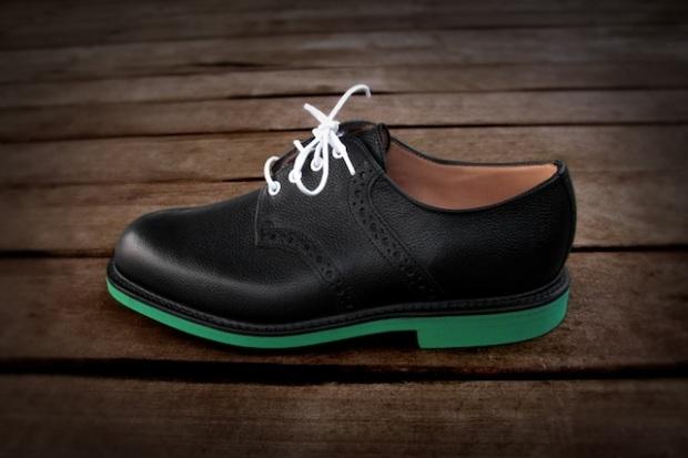Les chaussures d'hommes aux semelles vertes d'Heineken